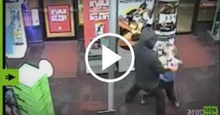 Un niño de 7 años golpea a un ladrón armado en pleno atraco